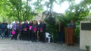 Spreker Sebastiaan Capel met links van hem het Rozenkoor